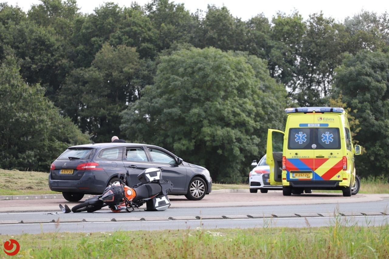 Motorrijder raakt gewond na aanrijding met auto op rotonde Nijega