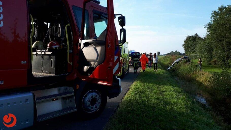 Hulpdiensten rukken uit voor auto te water in Dokkum