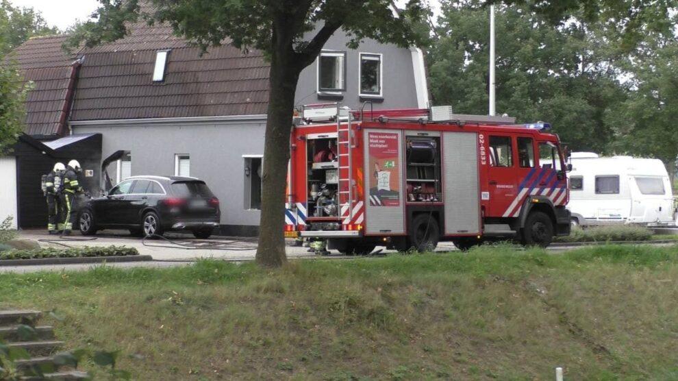 Auto vliegt in brand op oprit naast woning in Oosterwolde