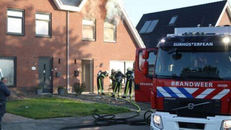 Buren alarmeren bewoners bij forse woningbrand in Harkema