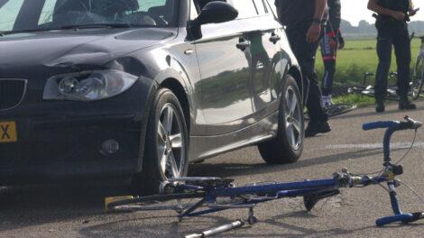 Auto botst met een groep wielrenners nabij Anjum