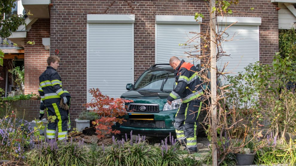 Auto botst tegen woning in Boijl