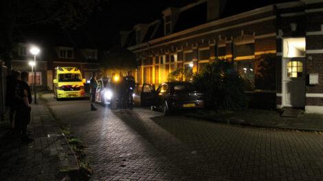 Auto vliegt uit de bocht en botst tegen boompje in Leeuwarden