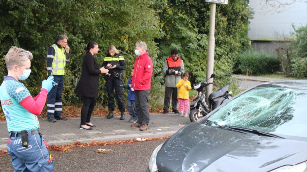 Snorscooter geschept door auto in Leeuwarden