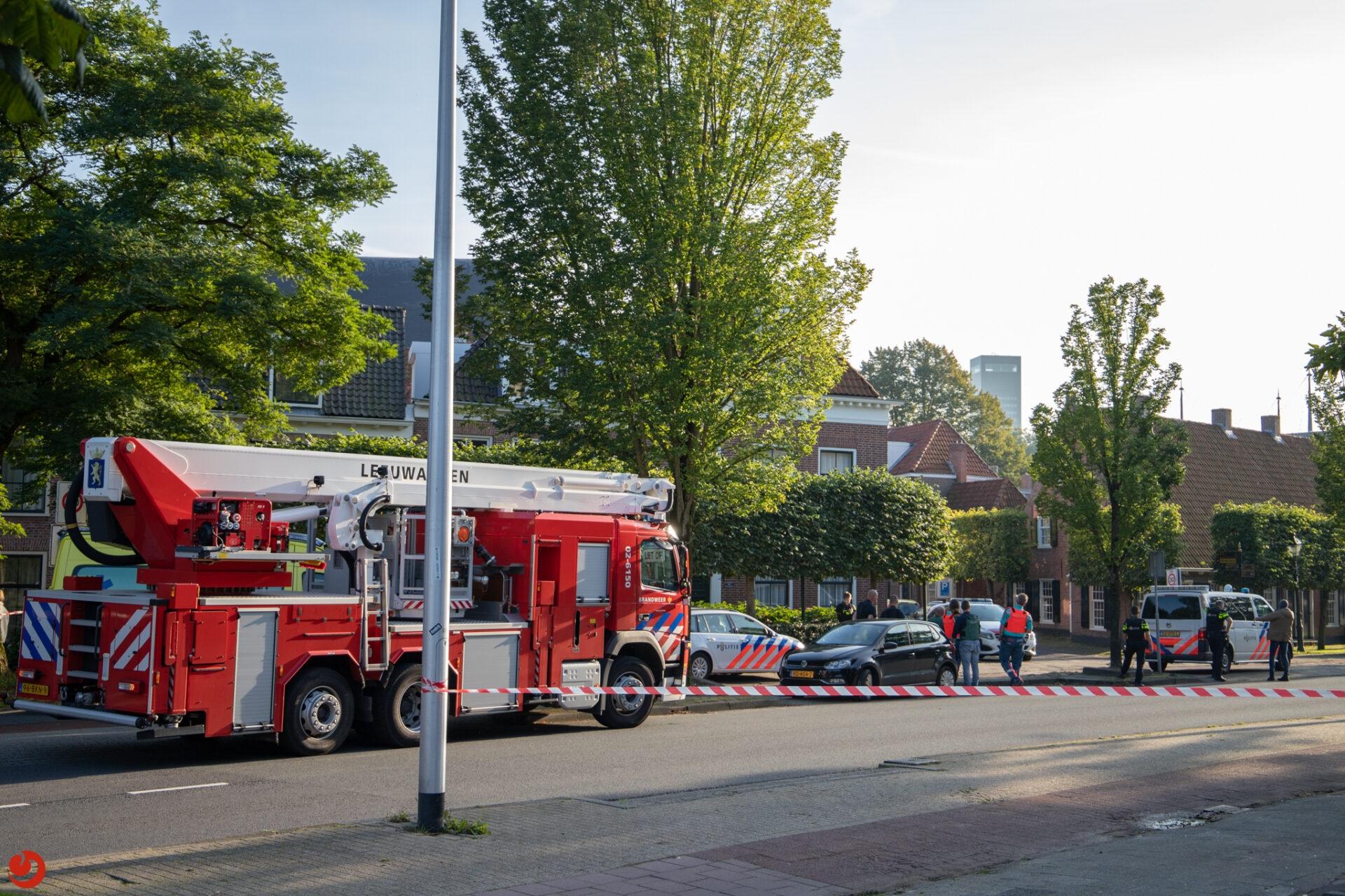 Arrestatieteam ingezet voor man met wapen op dak van woning in Leeuwarden