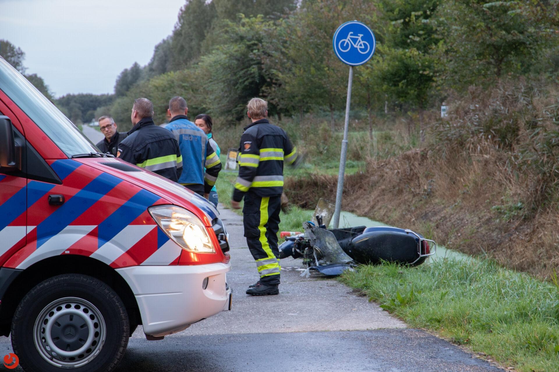 Hulpdiensten rukken uit voor scooter in de sloot in Leeuwarden
