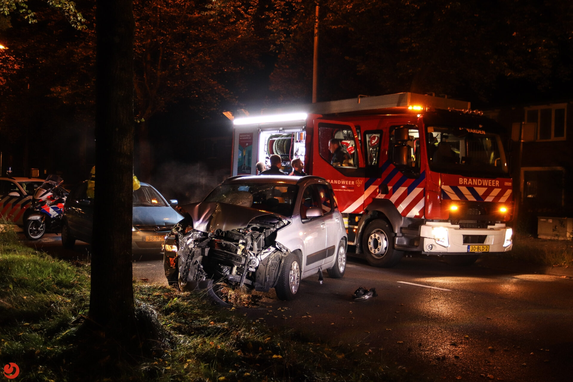 Automobiliste gewond na botsing met boom in Leeuwarden