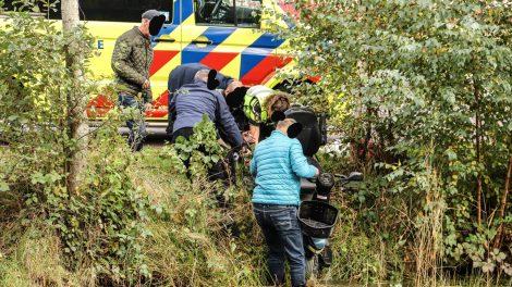 Omstanders redden man met scootmobiel uit water in Burgum
