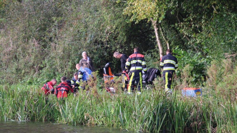 Man met scootmobiel door brandweer uit water gered in Leeuwarden