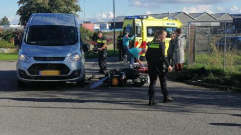 Bromfietser gewond na botsing met bestelbus in Dokkum
