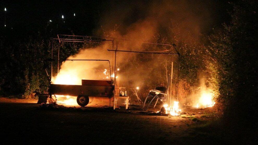 Vouwwagen in vlammen op in Drachten