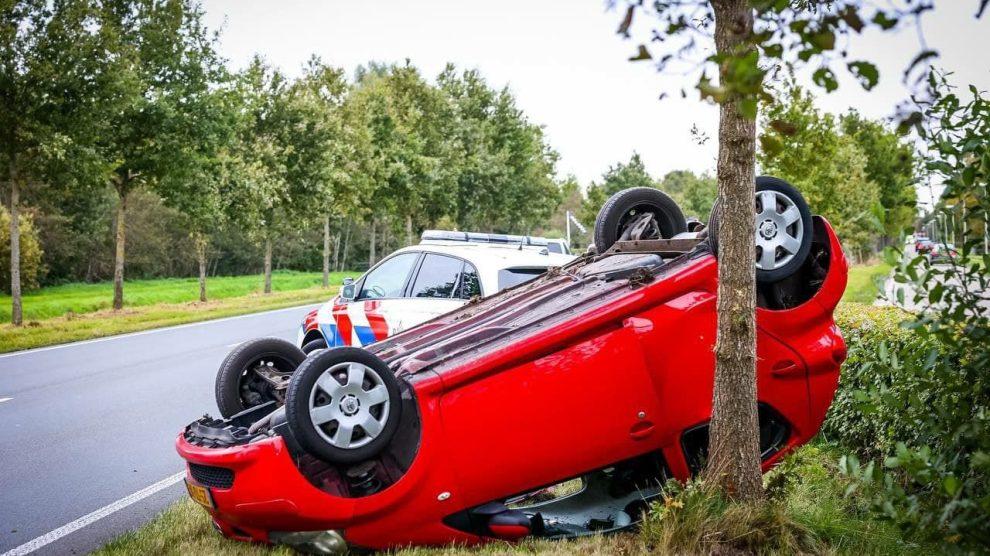 Auto vliegt over de kop in Boelenslaan