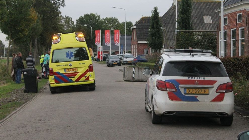 Motorrijdster gewond na botsing met betonnen bloembak in Kollumerpomp