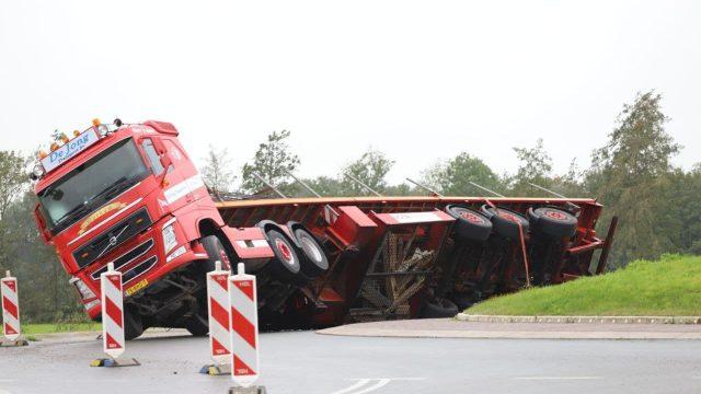 Vrachtwagen gekanteld op rotonde bij Quatrebras