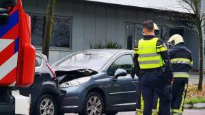 Auto botst achterop lesauto in Sneek; één gewonde